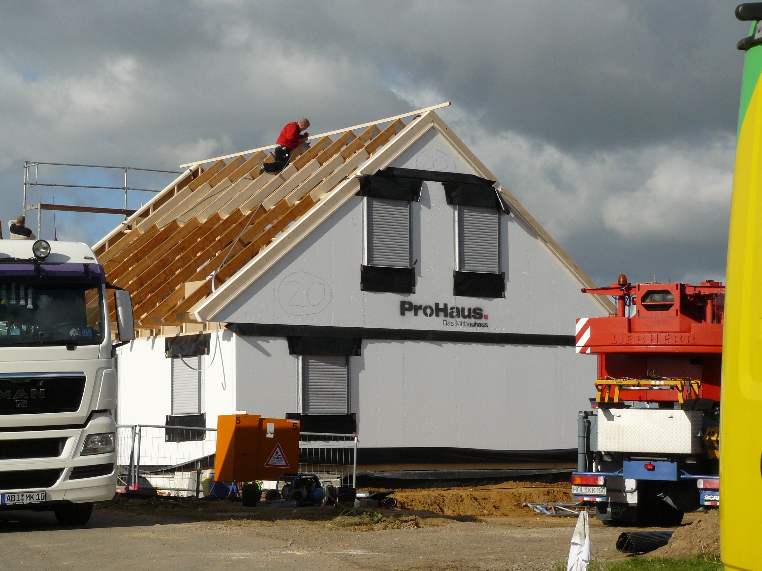 Am Dach wird fleißig weiter gearbeitet