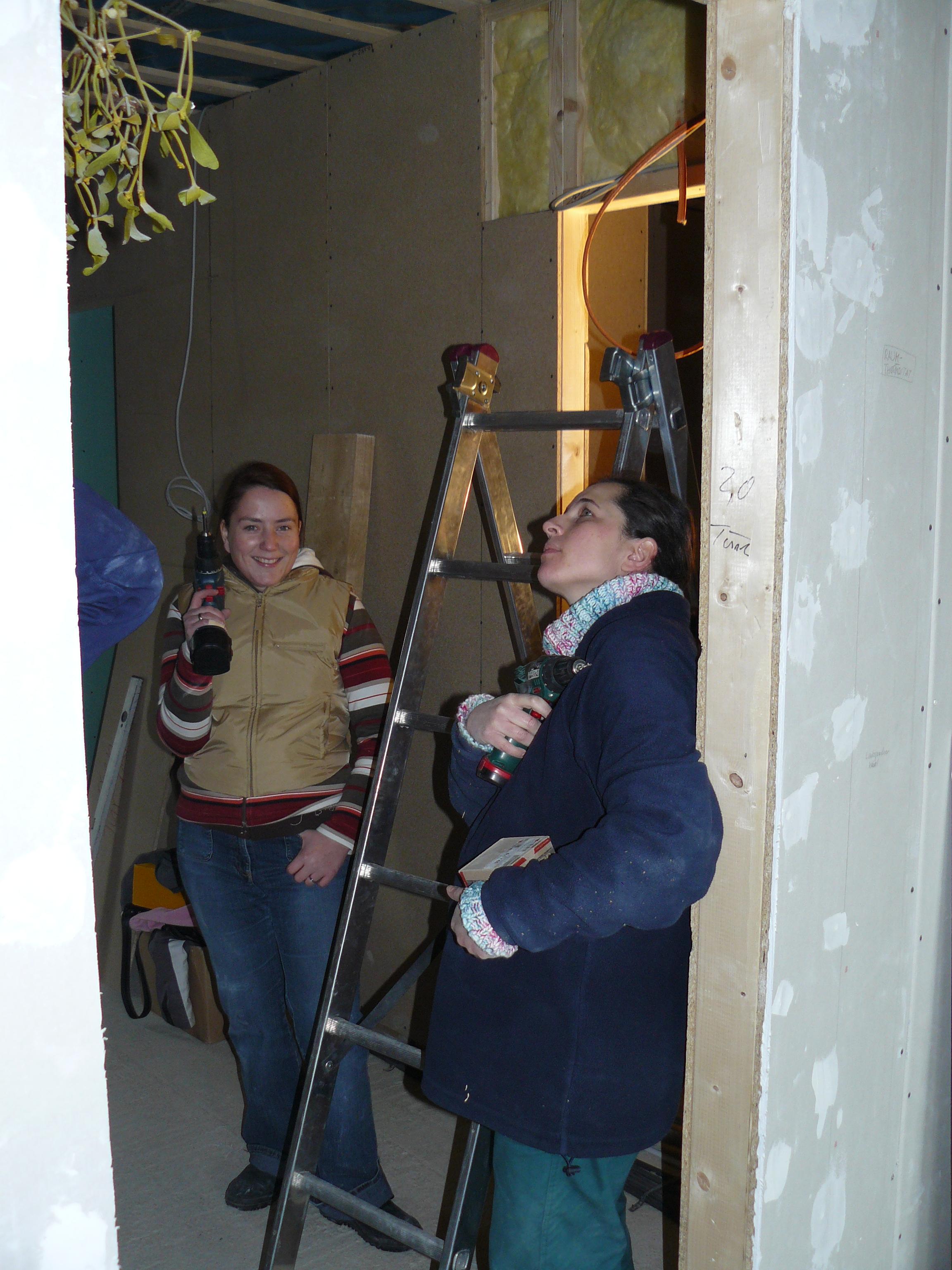 Steffi und Jenny im EG Flur