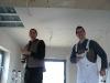 Pascal und Marcel arbeiten an der Küchendecke
