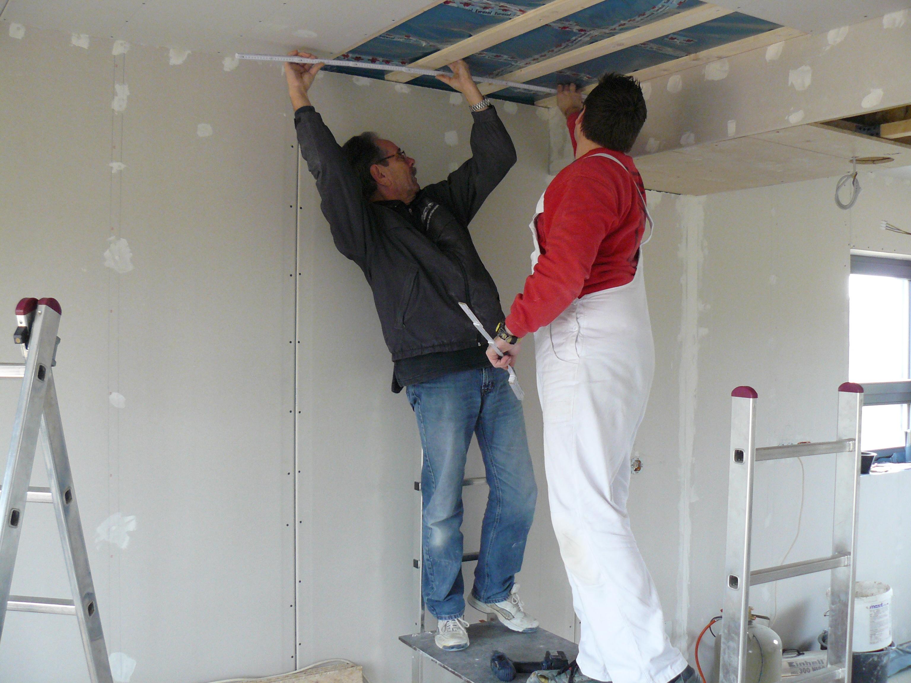 Heinz & Marcel messen die letzten beiden EZ-Rigipsplatten aus
