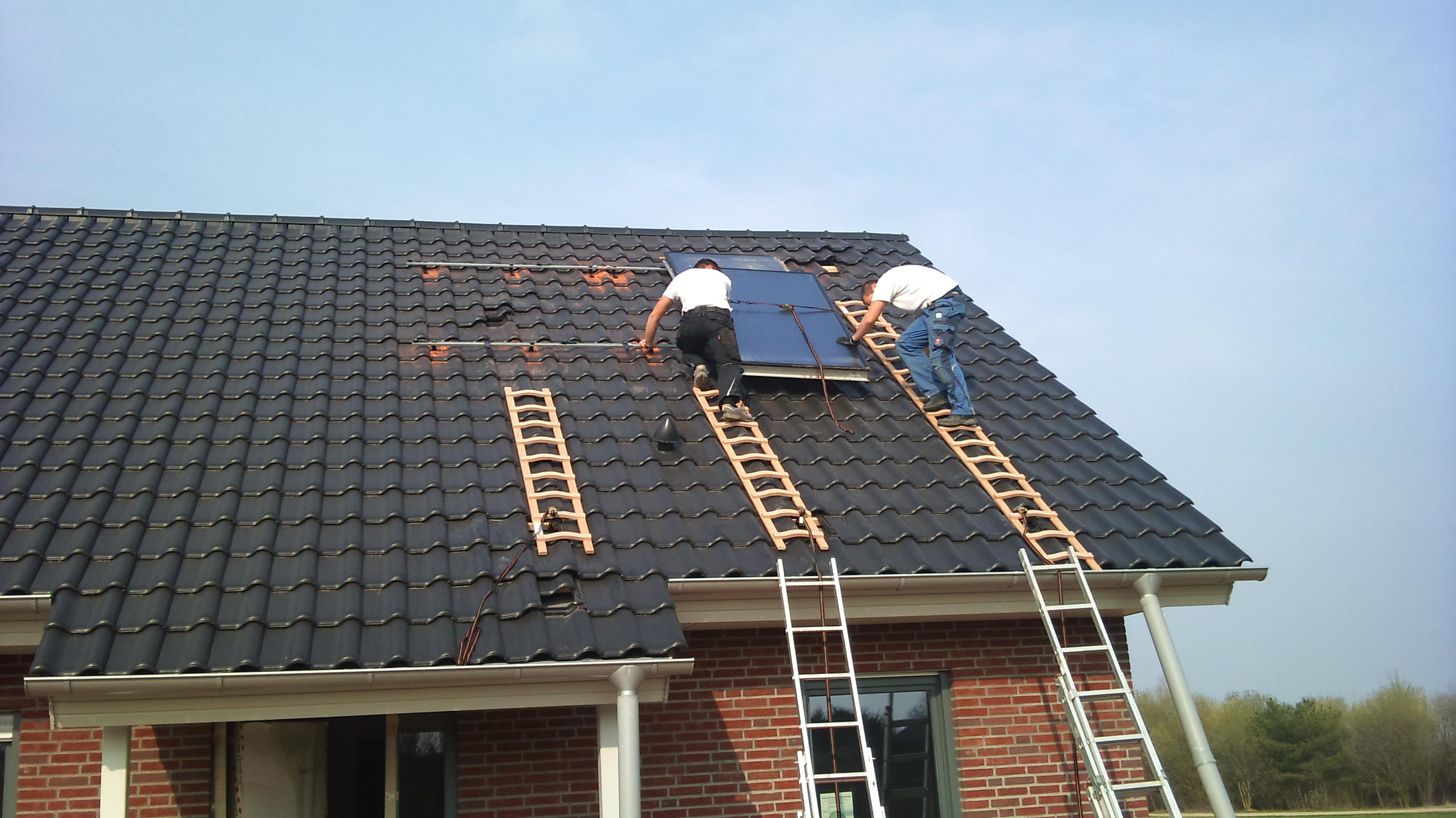 die nächste Solarzelle wird angebracht