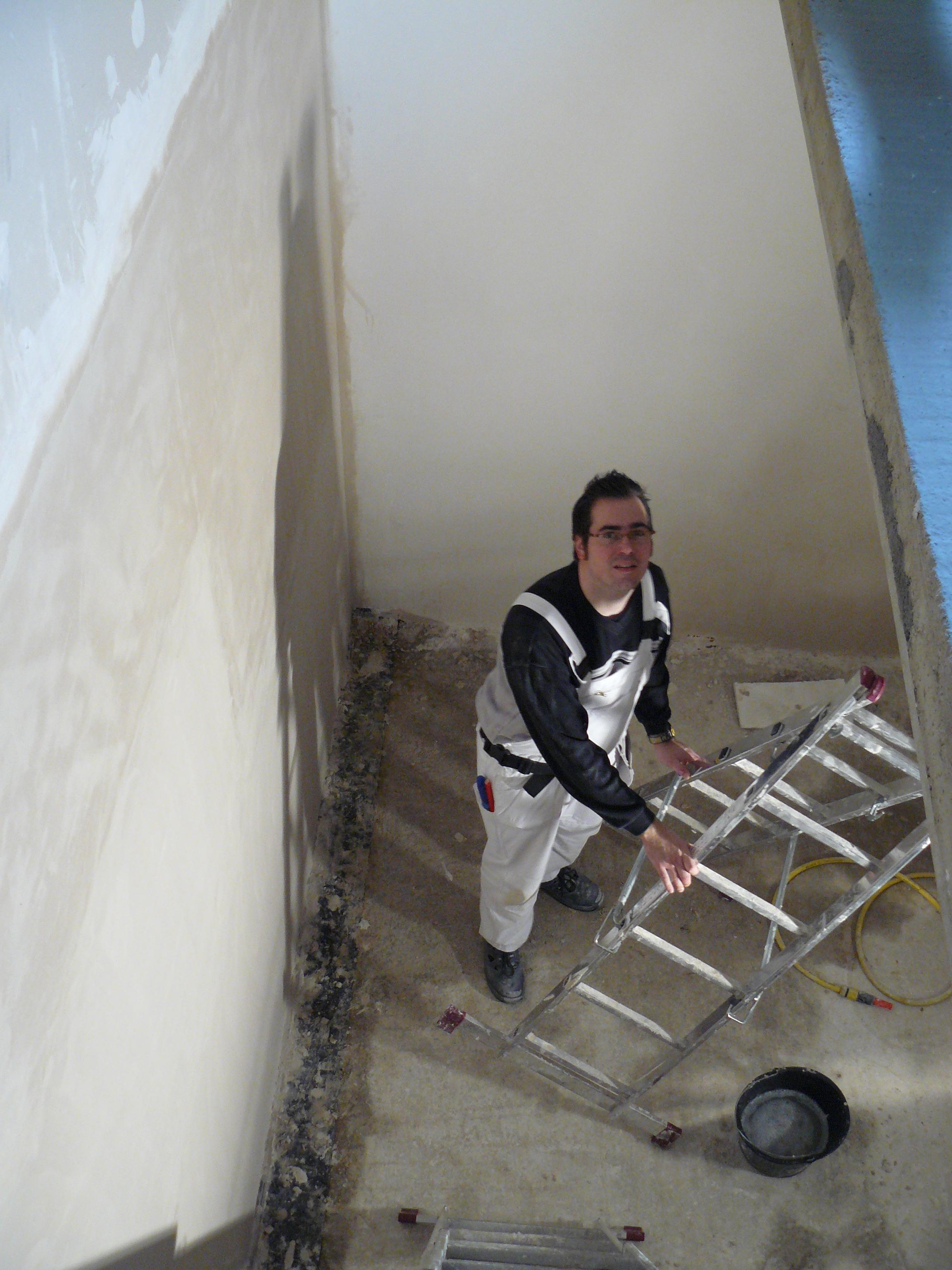 die letzte Kellerflurwand ist verputzt