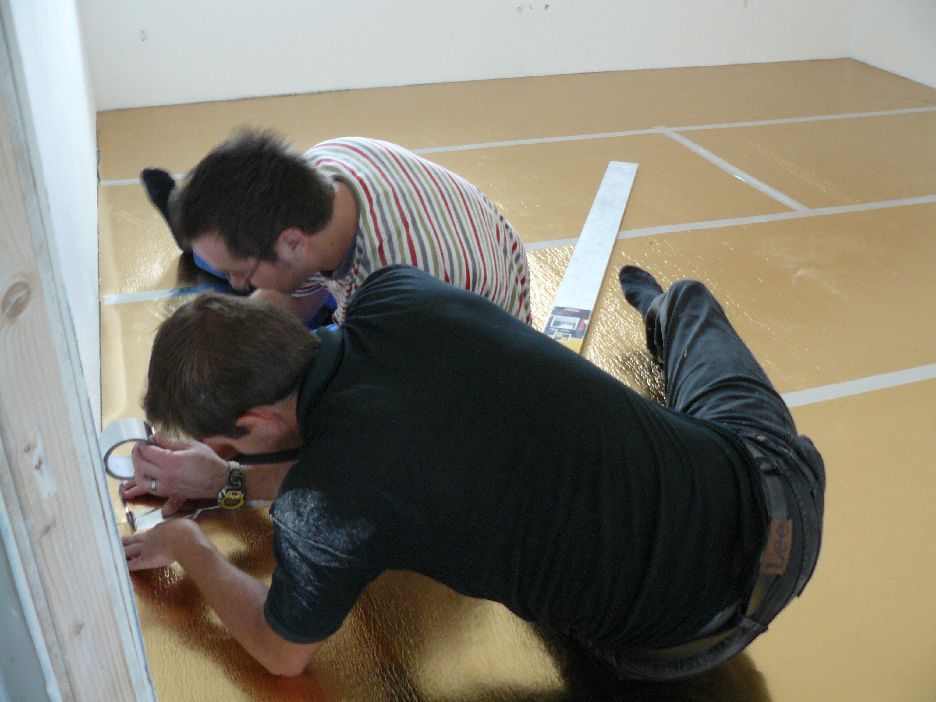 Pascal und ich beim Verlegen der Trittschalldämmung