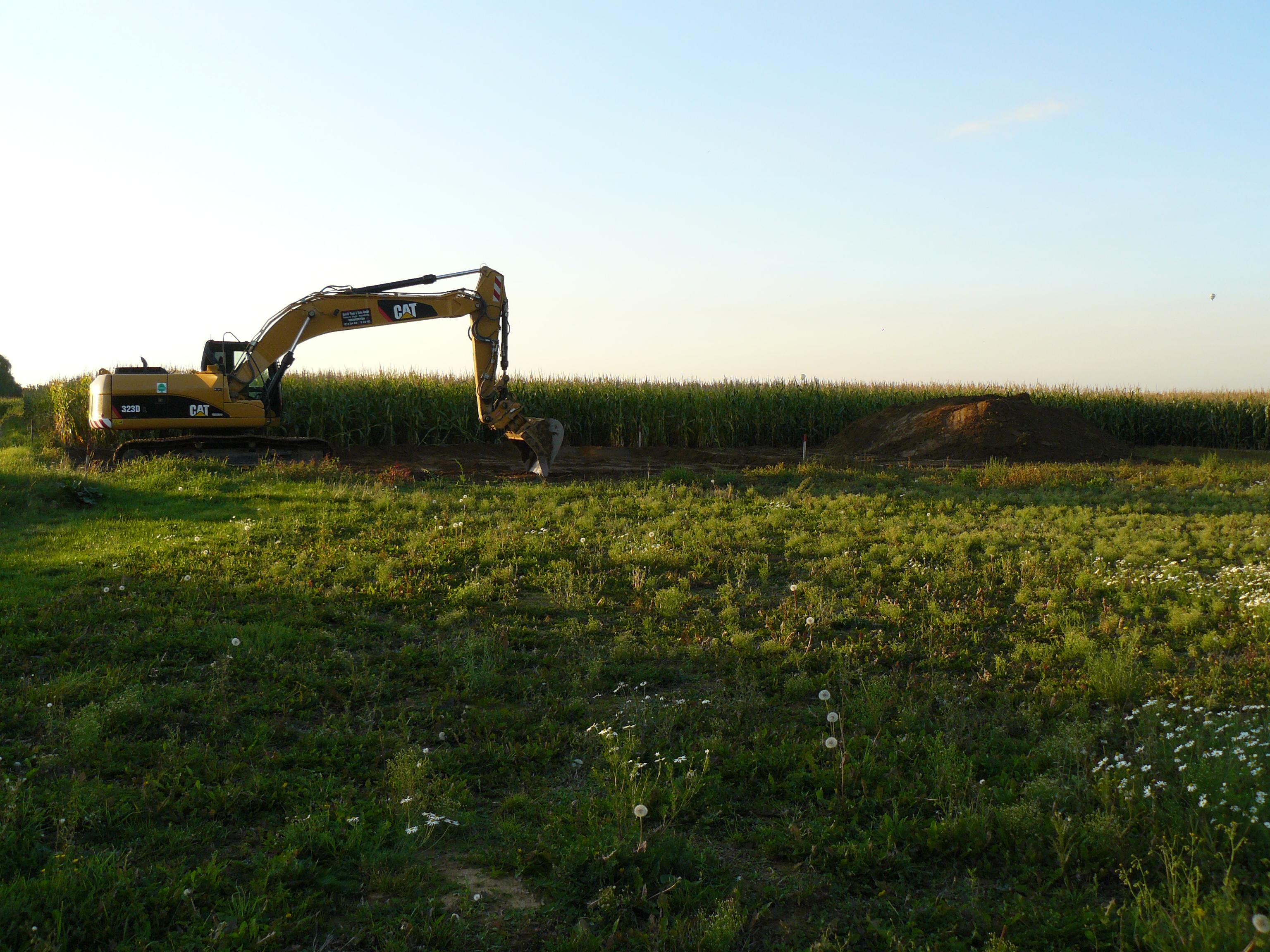 Grundstück mit Bagger in der Abendsonne