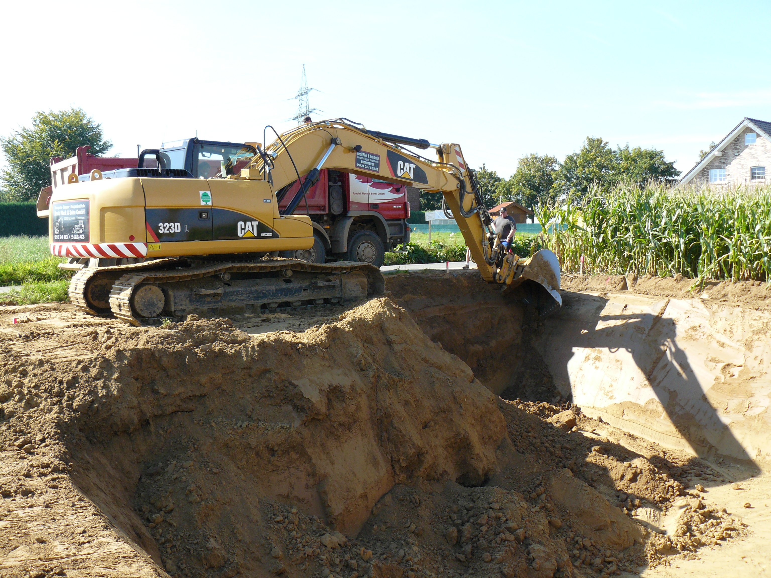 Bagger schachtet Baugrube aus