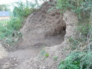 Ausgehöhlter Mutterbodenhaufen - Bild 2